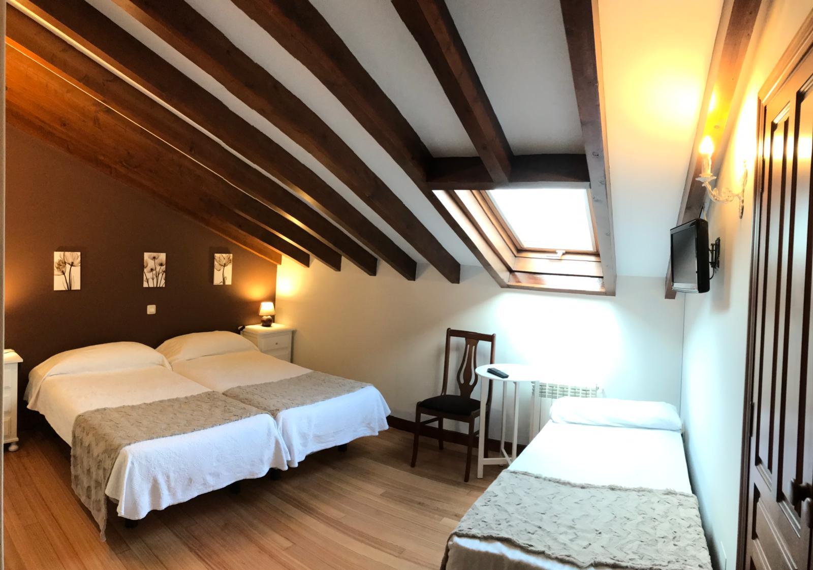 Habitacion doble con cama supletoria - la casona de abanillas - cantabria (2)