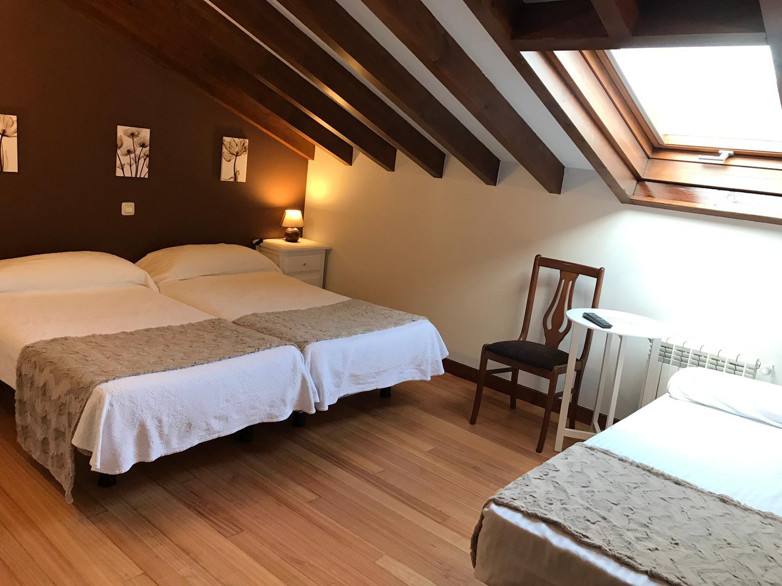 Habitacion doble con cama supletoria - la casona de abanillas - cantabria (3)